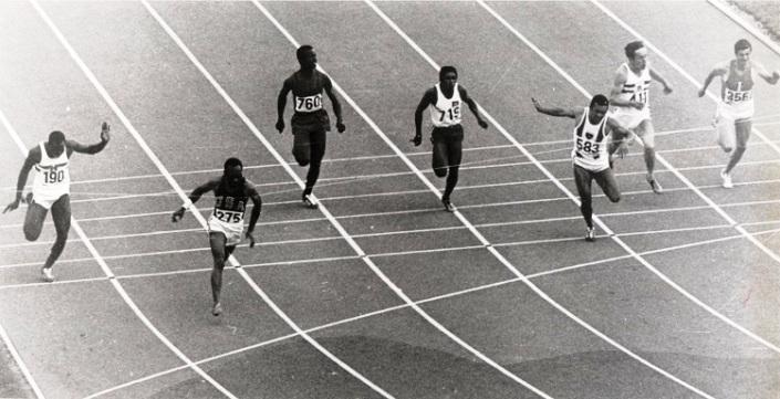 Jean Louis (3ème à.p. de la droite) derrière l'américain Charlie Greene (275) lors de la 4ème série des éliminatoires.