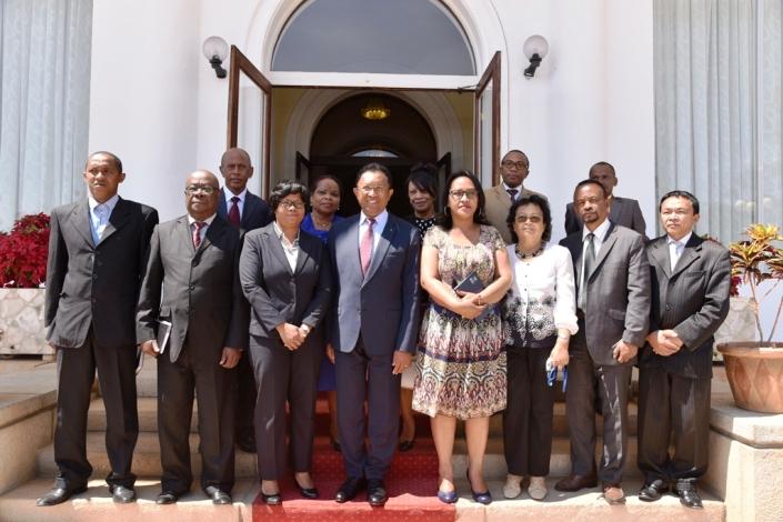Les premiers membres du CNIDH avec le Président au Palais d'Etat d'Iavoloha