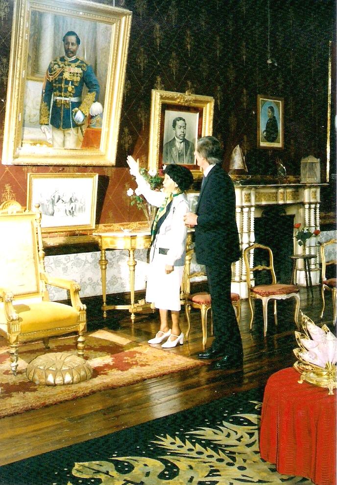 Marcelle Rahobisoa, la dernière occupante du Rova d'Amboditsiry, avec le Consul Honoraire de Madagascar à Londres, Mr Stephen Hobbs